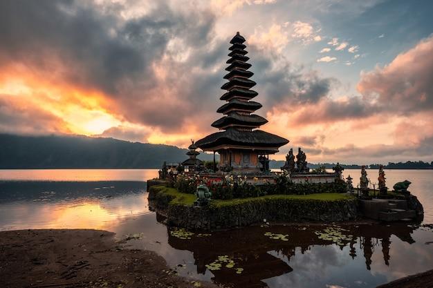 Alba sull'antico tempio di pura ulun danu bratan sul lago a bali, indonesia