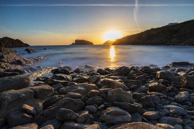 Alba nella spiaggia di arnia. urros de liencres. cantabria. spagna.