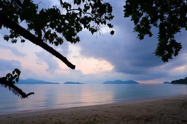 Alba bellissima scena sulla spiaggia di sabbia bianca con un bellissimo mare sull'isola di koh wai