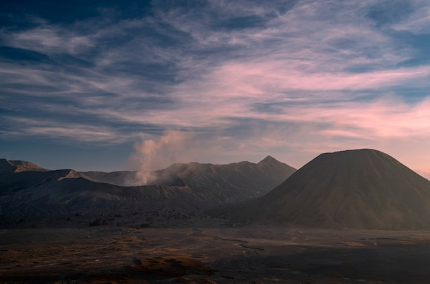 Alba al vulcano bromo sul parco nazionale bromo tengger semeru, indonesia