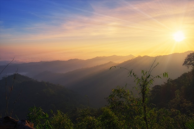 Alba colorata montagna panoramica al mattino, kanchanaburi, thailandia