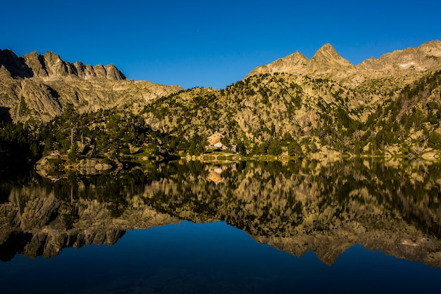 Alba nel rifugio josep maria blanc, aiguestortes e sant maurici national park, spagna