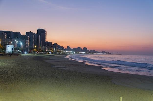 Alba alla spiaggia di leblon a rio de janeiro in brasile.