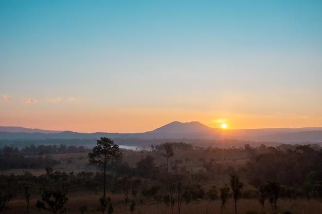 Alba al mattino, scenario al punto di vista sala dusita nel parco nazionale thung salaeng luang, phitsanulok, thailandia.