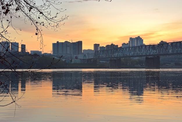 Alba sul fiume ob a novosibirsk Foto Premium