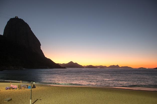 Alba sulla spiaggia rossa del quartiere urca a rio de janeiro in brasile.