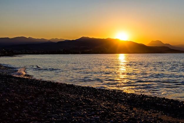Alba sulla costa rocciosa del mare in turchia