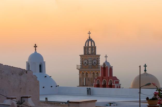 Alba nell'arcipelago di santorini nella città di thira.