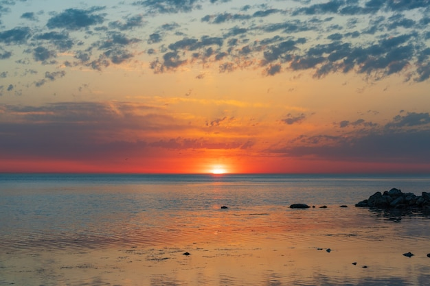 Alba sul mare e bellissimo paesaggio di nuvole ad anapa