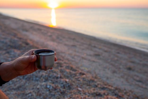 Alba al mare bellissima alba sull'oceano incontra l'alba al mattino presto con una tazza