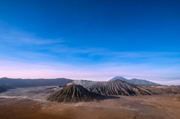 Alba al parco nazionale del vulcano semeru isola di giava in indonesia