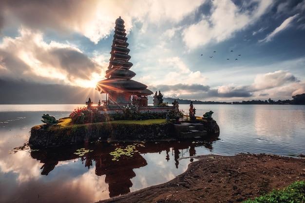 Alba che splende sull'antico tempio di pura ulun danu bratan sul lago bratan a bali, indonesia