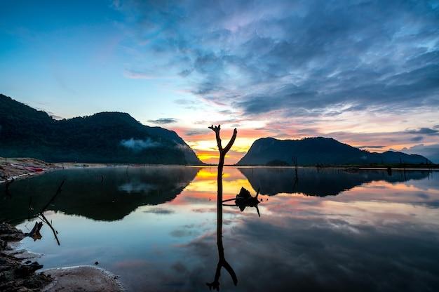 Vista alba con la riflessione delle montagne a klong hua chang reservior, phatthalung, thailandia