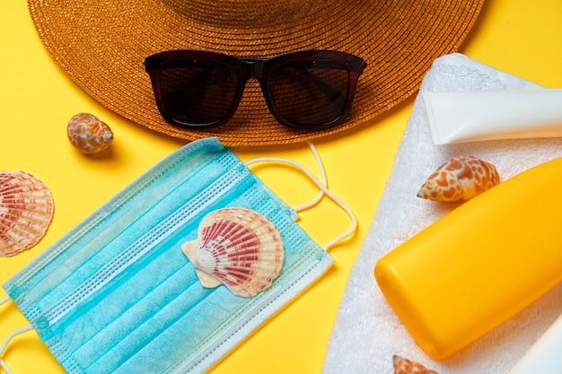 Crema solare e maschera protettiva. concetto estivo di coronavirus
