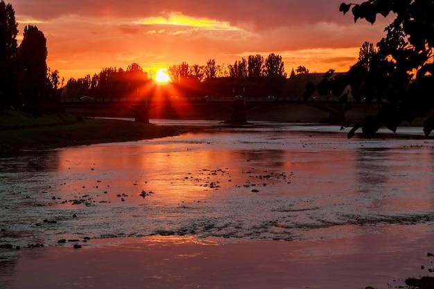 Tramonto sullo sfondo del fiume fiume riva tramonto uzgorod ucraina