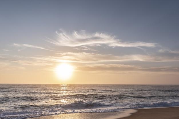 Tramonto sulla spiaggia del nord del portogallo, nazare.