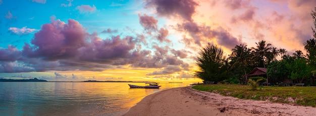 Tramonto cielo colorato sul mare, spiaggia deserta tropicale, nessun popolo, nuvole drammatiche, destinazione scappare, lunga esposizione indonesia sumatra isole banyak
