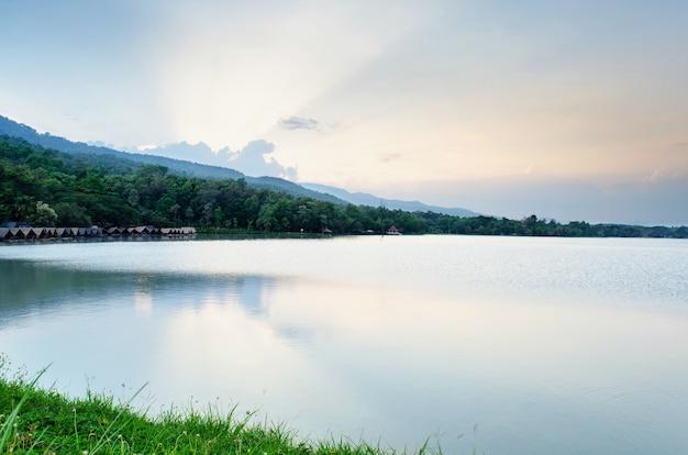 Il tramonto potrebbe il fondo all'aperto del paesaggio della natura del fiume e del cielo.