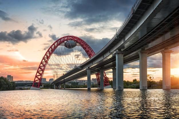 Serata al tramonto sul ponte zhivopisny a mosca
