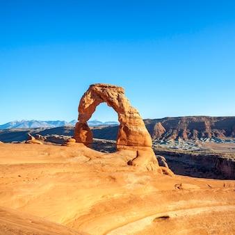 Tramonto al famoso delicate arch, utah, stati uniti d'america
