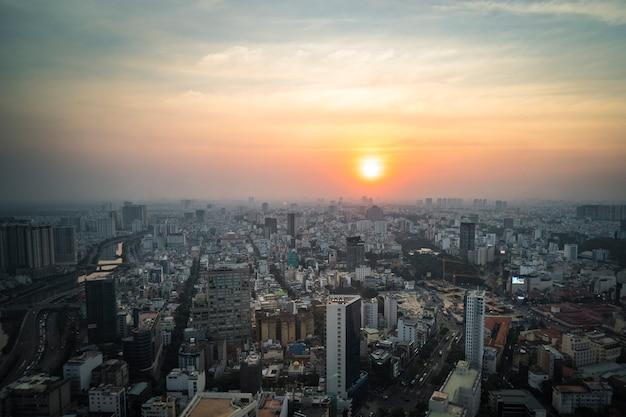 Tramonto nella vista dall'alto della città di ho chi minh, vista aerea.