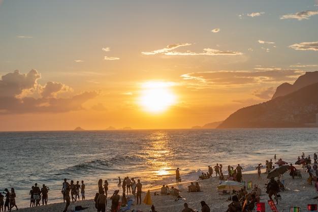 Tramonto sulla spiaggia di ipanema a rio de janeiro, tramonto sulla spiaggia di ipanema a rio de janeiro.