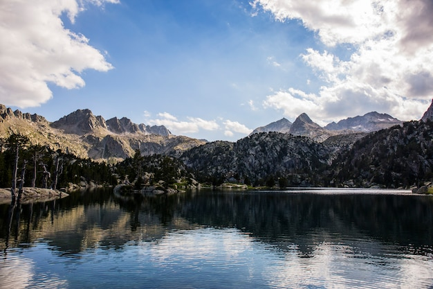 Tramonto nel rifugio josep maria blanc, aiguestortes e sant maurici national park, spagna