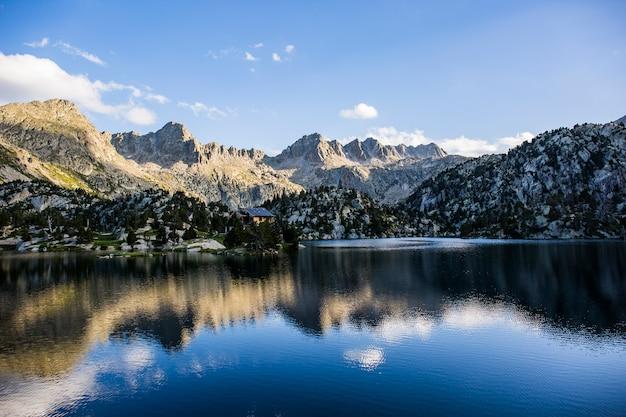Tramonto nel rifugio josep maria blanc, aiguestortes e parco nazionale sant maurici, spagna