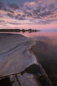 Tramonto sul lago ladoga in carelia, russia nel parco nazionale di ladoga skerries in estate.