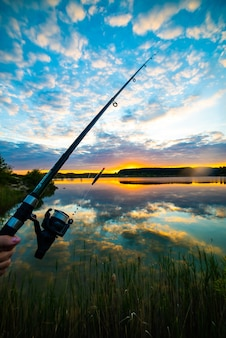 Tramonto sul lago per svaghi e pesca