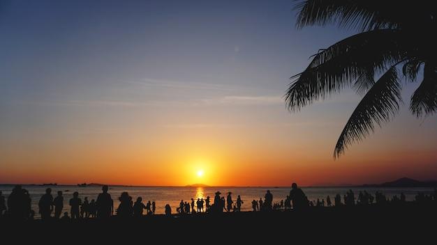 Paesaggio al tramonto. tramonto sulla spiaggia. sagoma di palme sulla spiaggia tropicale al tramonto, cina
