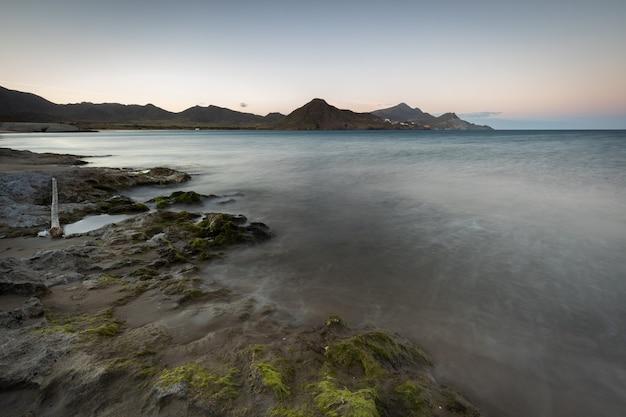 Paesaggio al tramonto sulla spiaggia di los genoveses. san jose. parco naturale di cabo de gata. spagna.