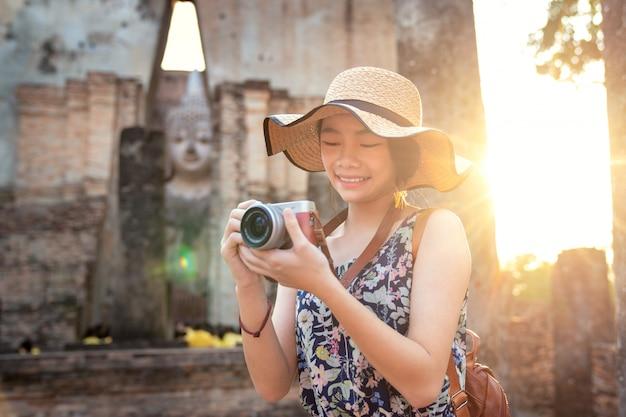 Tramonto e luce nel parco storico di sukhothai