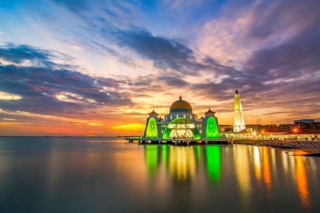 Momenti del tramonto alla moschea dello stretto di malacca (masjid selat melaka), è una moschea situata sull'isola artificiale di malacca vicino alla città di malacca, malesia