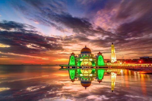 Momenti del tramonto alla moschea dello stretto di malacca