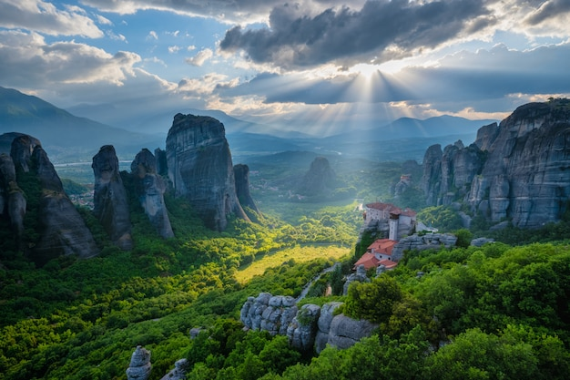 Tramonto sui monasteri di meteora