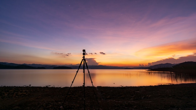 Fotografo al tramonto al nam bueng yai, bella luce, paesaggio