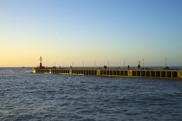 Tramonto sul molo e vista mare