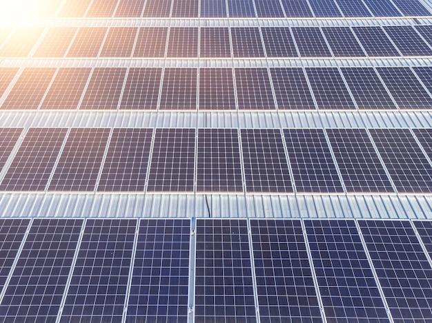 Raggi del tramonto su una centrale fotovoltaica.,