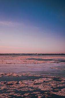 Tramonto sul fiume di ghiaccio in background