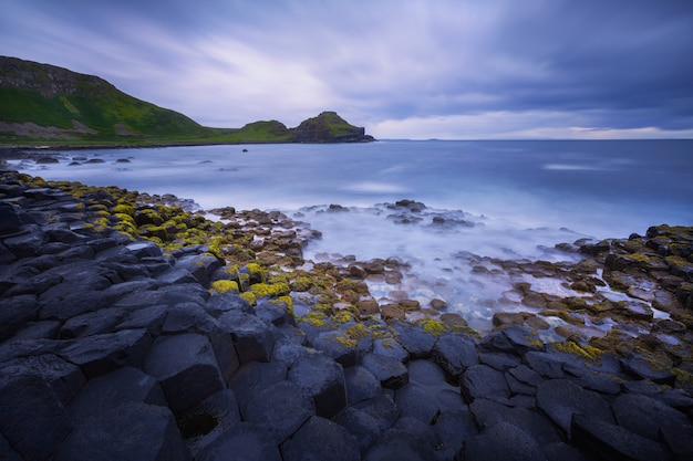 Tramonto sulla formazione rocciosa giants causeway, contea di antrim, irlanda del nord, regno unito