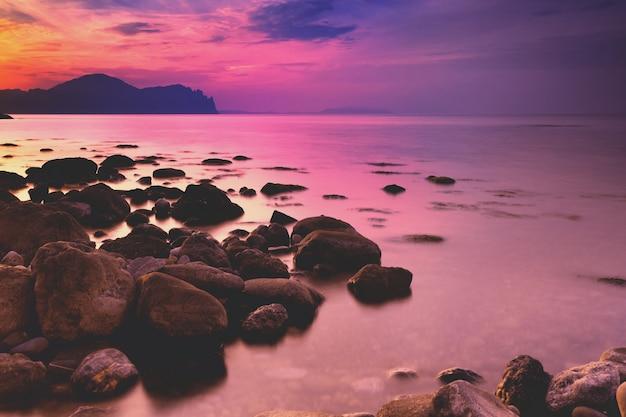 Tramonto sulla spiaggia rocciosa