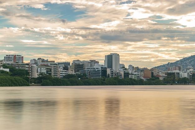 Tramonto alla laguna rodrigo de freitas a rio de janeiro in brasile.
