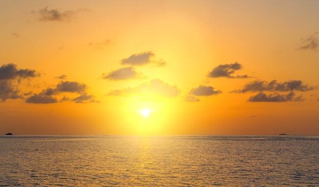 Tramonto sul mare alle maldive