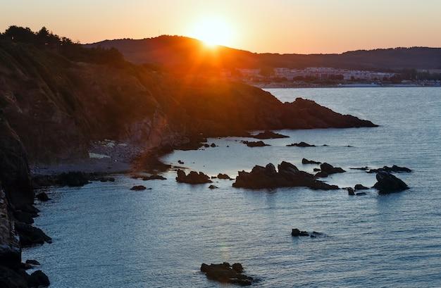 Paesaggio di estate della costa rocciosa del mare di tramonto (bulgaria).