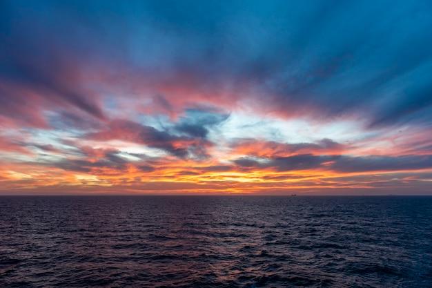 Tramonto in mare. vista sul mare, mare blu. tempo calmo. vista dalla nave da carico. Foto Premium