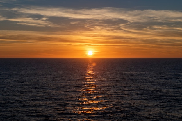 Tramonto in mare. vista sul mare, mare blu. tempo calmo. vista dalla nave da carico.