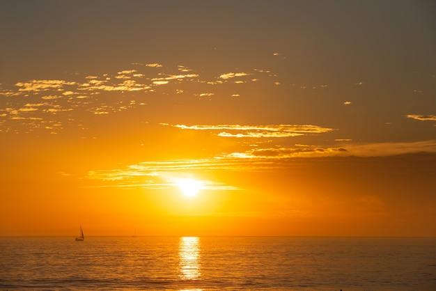 Tramonto al mare. alba in spiaggia. alba variopinta della spiaggia dell'oceano.