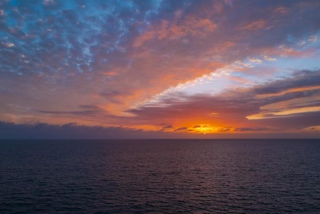 Tramonto in mare con belle nuvole. vista sul mare dell'oceano di alba.