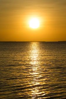 Tramonto sul mare a zanzibar